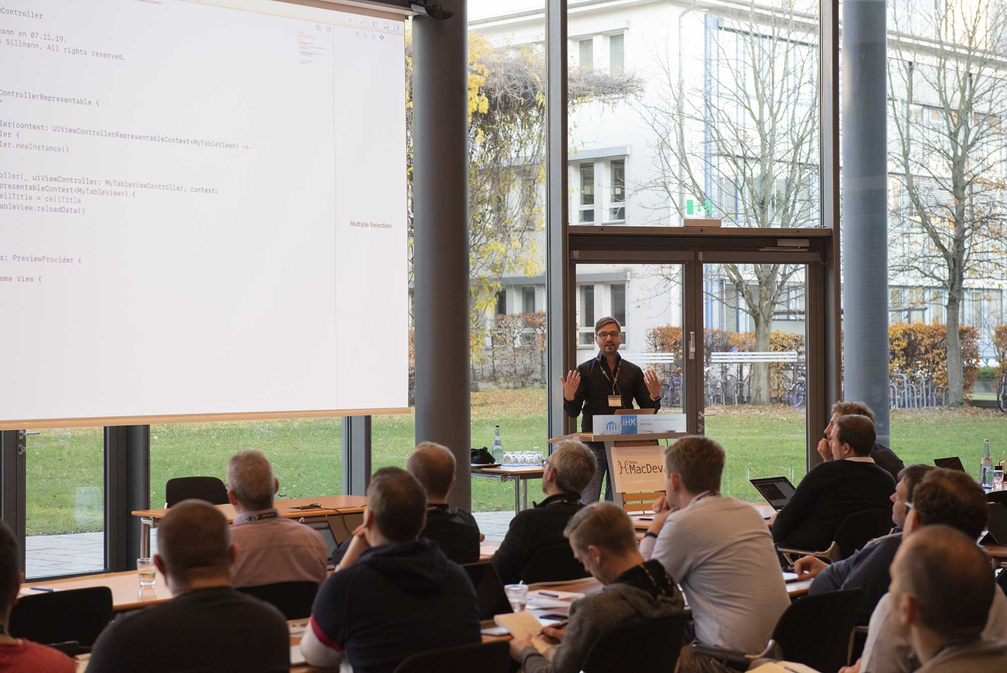 Der Sillmann bei seinem Vortrag zu SwiftUI auf der heise MacDev (Bild: dpunkt).